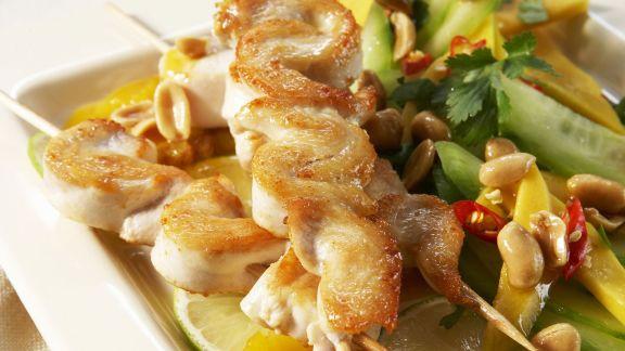 Rezept: Fleischspieße mit Gurken-Mango-Salat