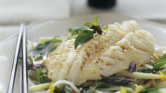 Rezept: Flussbarsch mit Sesam auf Gemüse mit Sprossen