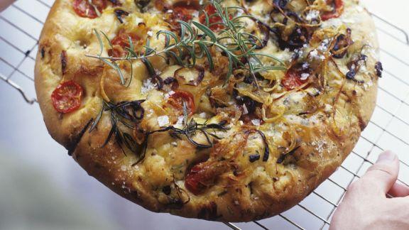 Rezept: Focaccia mit Tomaten, Rosmarin und Zwiebeln