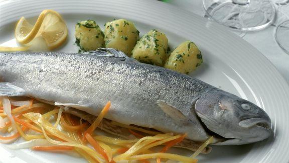 Rezept: Forelle blau mit Gemüsejulienne und Kartoffeln