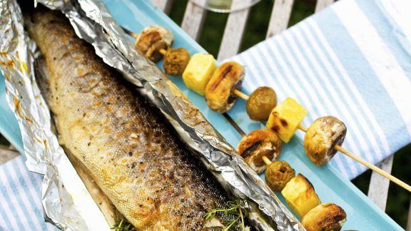 Rezept: Forelle vom Grill mit Kartoffel-Champignon-Spieß