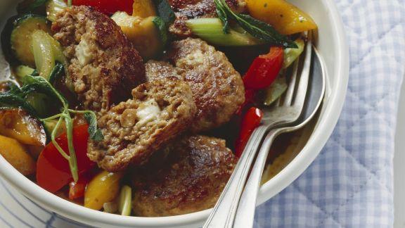 Rezept: Frikadellen mit Feta und Antipasti-Gemüse