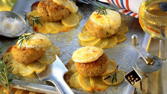 Rezept: Frikadellen mit Kartoffeln aus dem Ofen