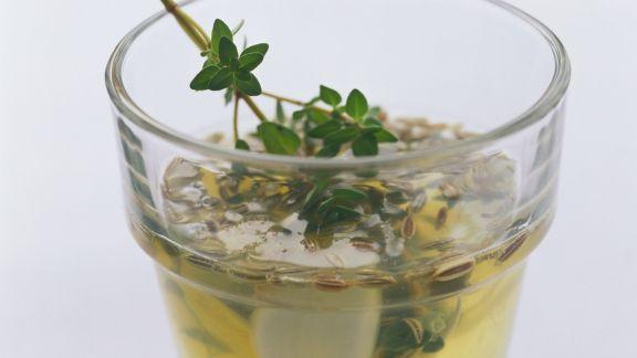 Rezept: Frische Marinade mit Zitronensaft, Wein, Knoblauch und Kräutern