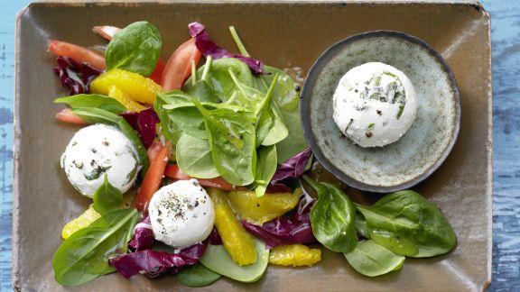 Rezept: Frischkäsebällchen auf Salat