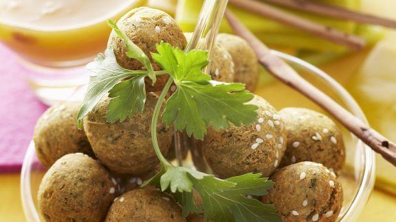Rezept: Fritterierte Kichererbsenbällchen mit Dips