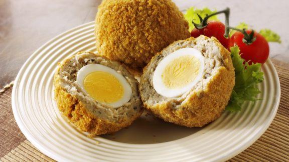 Rezept: Frittierte Brät-Eier-Bällchen mit Salat
