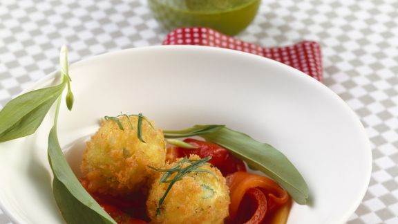 Rezept: Frittierte Feta-Bärlauch-Knödel mit marinierten Paprika