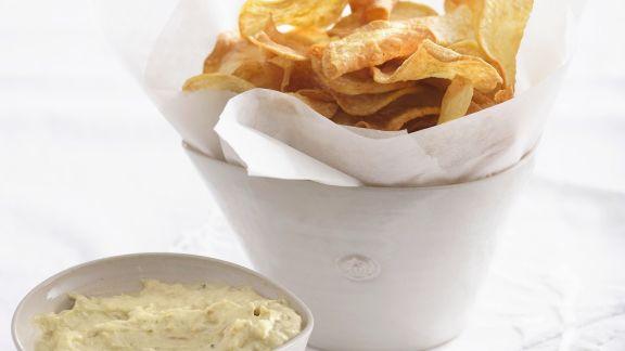 Rezept: Frittierte Kartoffelscheiben mit Knoblauch-Avocado-Creme