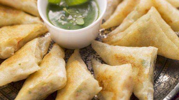 Rezept: Frittierte Teigtaschen (Brik-Teig) aus Nordafrika mit Garnelen gefüllt und Kräuterdip