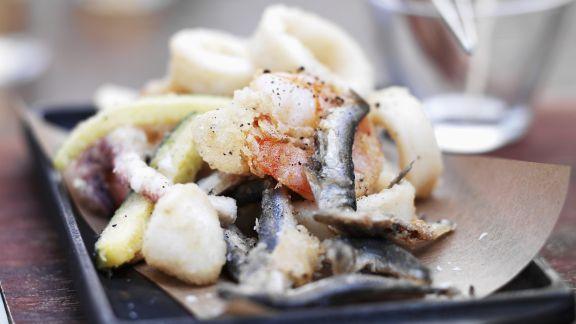Rezept: Frittierte Tintenfische mit kleinen Fischen und Zucchini