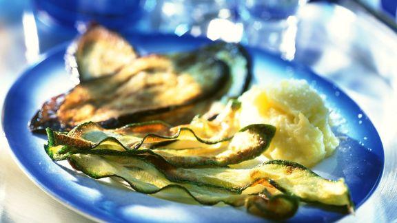 Rezept: Frittierte Zucchini und Auberginenhobel mit Kartoffelbrei