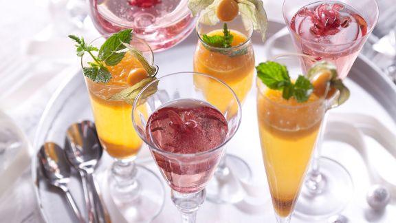 fruchtige sekt cocktails mit physalis p ree und hibiskusbl ten rezept eat smarter. Black Bedroom Furniture Sets. Home Design Ideas