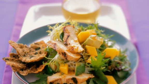 Rezept: Fruchtiger Friséesalat mit Hähnchenbrust