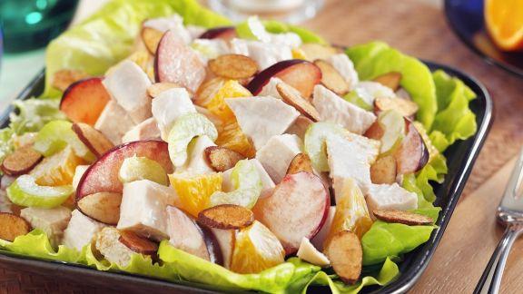 Rezept: Fruchtiger Hähnchensalat mit Orangen, Sellerie und Mandeln
