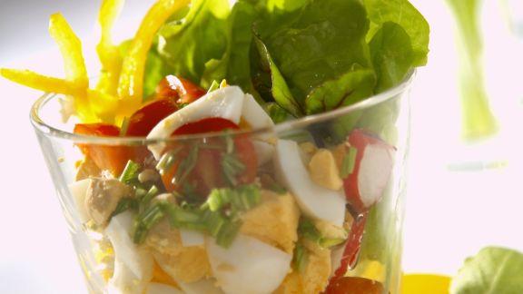 Rezept: Frühlingshafter Salat mit Ei und Rote-Bete-Grün