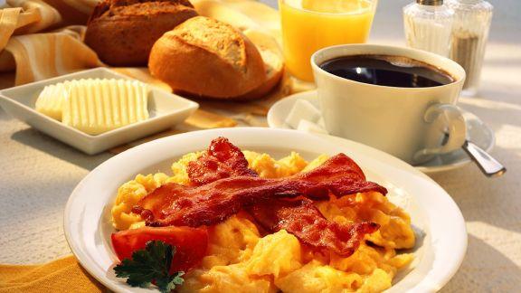 Rezept: Frühstück mit Rührei und Speck, Kaffee, Orangensaft, Brötchen
