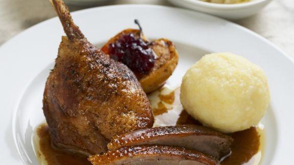 Rezept: Gänsebraten mit Kartoffelkloß, Rotkraut und Sauerkraut