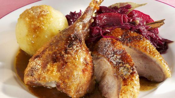 Rezept: Gänsebraten mit Rotkraut und Kartoffelklößen