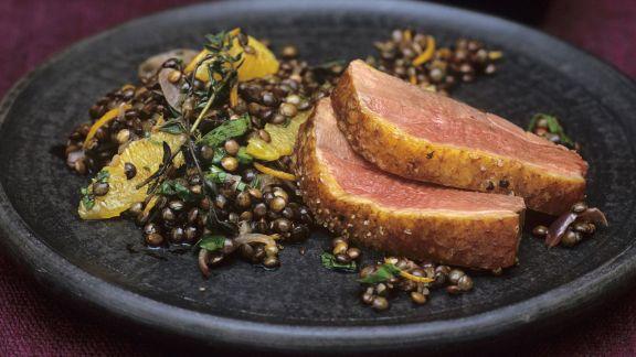 Rezept: Gänsebrust im Wok geräuchert mit Linsensalat