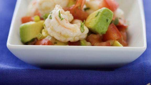 Rezept: Garnelen auf Avocado-Tomaten-Salat