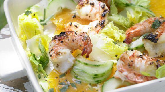 Rezept: Garnelen auf Gurken-Orangen-Salat