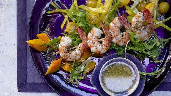 Rezept: Garnelenspieße auf Salat