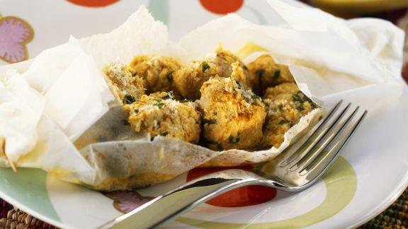 Rezept: Gebackene Hähnchenfiletwürfel mit Curry und Kokos im Backpapier