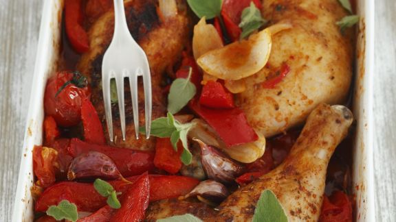 Rezept: Gebackene Hähnchenkeulen mit Paprika und Tomaten