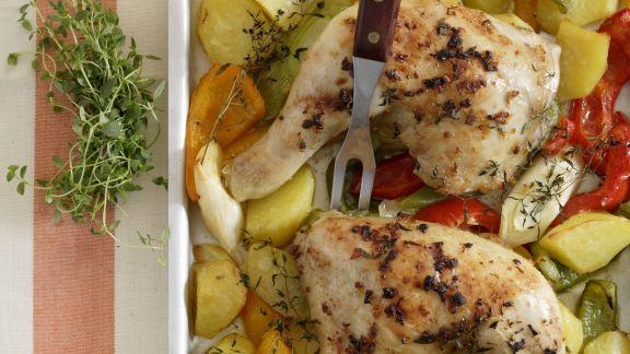 Rezept: Gebackene Hähnchenschlegel mit Paprika-Porree-Kartoffeln