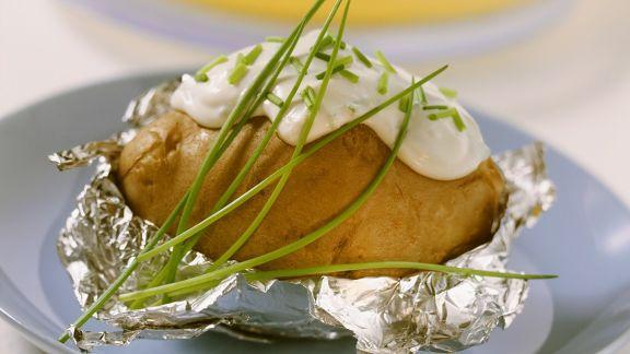 Rezept: Gebackene Kartoffel mit Schnittlauchcreme