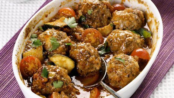 Rezept: Gebackene Lammfleischbällchen mit Tomaten und Zucchini
