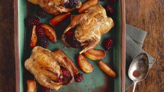 Rezept: Gebackene Rebhühner mit Äpfeln und Brombeeren