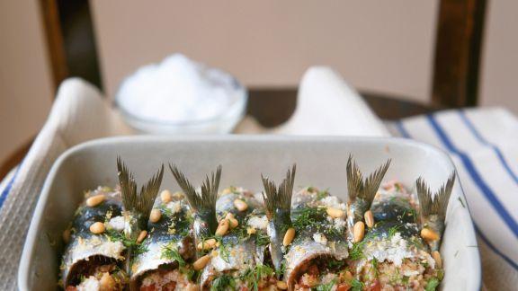 Rezept: Gebackene Sardinenrouladen mit Pinienkernen