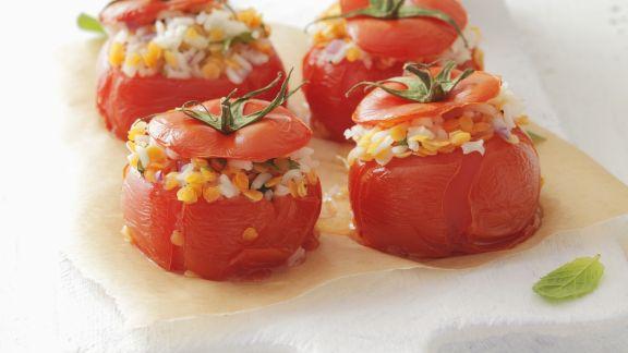 Rezept: Gebackene Tomaten mit Reis und Linsen gefüllt