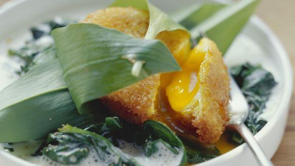 Rezept: Gebackene verlorene Eier auf sahnigem Bärlauch-Spinat