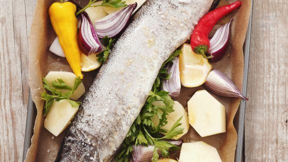 Rezept: Gebackener Hecht mit Gemüse und Zitrone