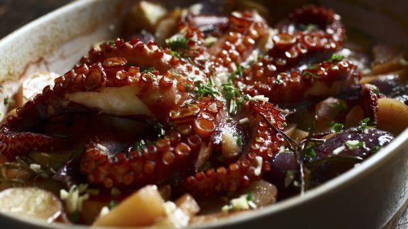 Rezept: Gebackener Oktopus mit Kartoffeln und Zwiebeln
