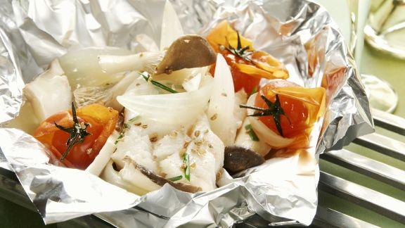Rezept: Gebackener Steinbutt mit Pilzen und Tomaten