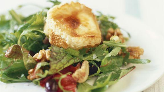 Rezept: Gebackener Ziegenkäse auf Salat