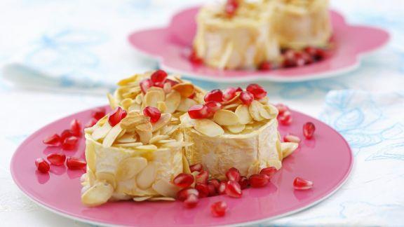 Rezept: Gebackener Ziegenkäse mit Mandelblättchen und Granatapfelkernen