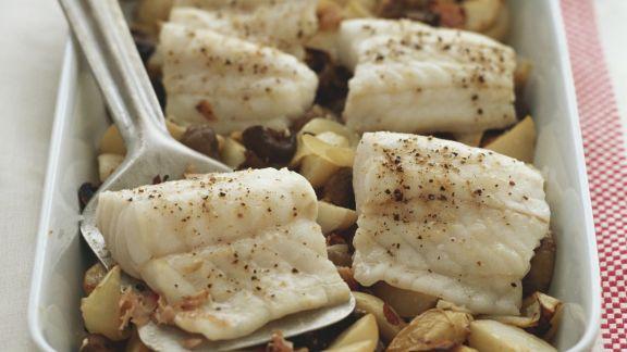 Rezept: Gebackenes Seebarschfilet mit Kartoffeln und Oliven