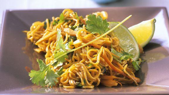 Rezept: Gebratene Asia-Nudeln mit Gemüse und Koriander