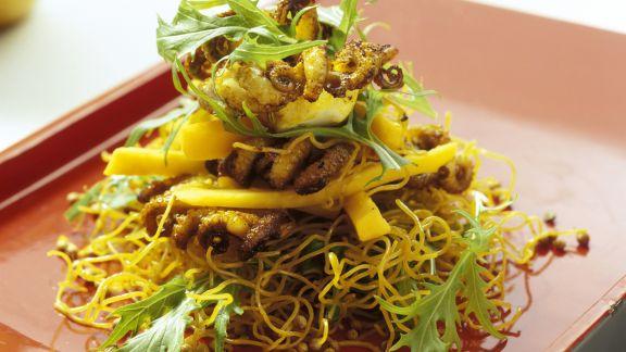 Rezept: Gebratene Asia-Nudeln mit Tintenfisch und Mango