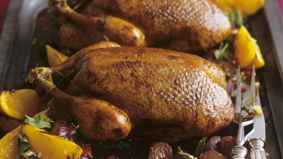 Rezept: Gebratene Ente mit Zwiebeln und Orangen in-Honig-Rosmarin-Marinade