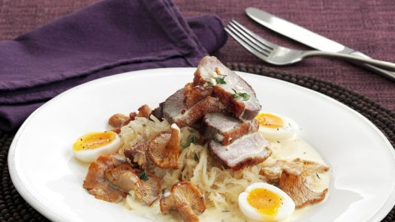 Rezept: Gebratene Entenbrust mit Sauerkraut, Pfifferlingen und Wachtelei