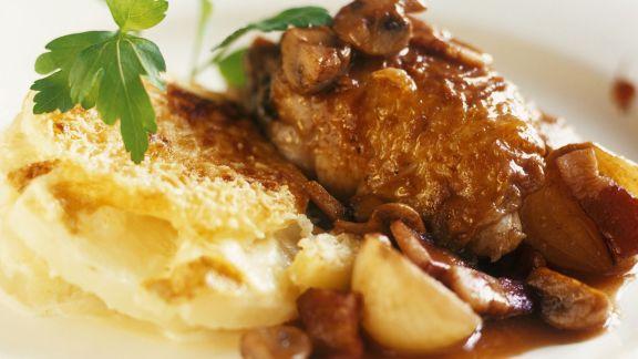 Rezept: Gebratene Hähnchenbrust mit Champignons mit Kartoffelgratin