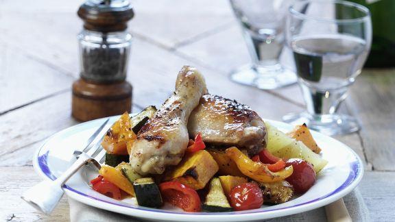 Rezept: Gebratene Hähnchenschlegel auf Gemüse
