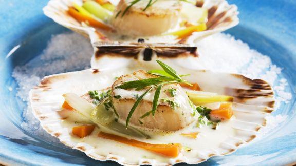 Rezept: Gebratene Jakobsmuscheln mit Gemüse in Sahnesoße
