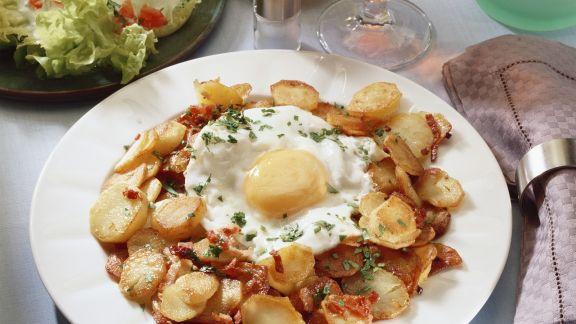 Rezept: Gebratene Kartoffeln mit Spiegelei und grünem Salat